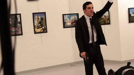 """Turchia, ucciso ambasciatore russo. L'attentatore gli spara gridando """" Noi moriamo in Siria, voi qui"""""""