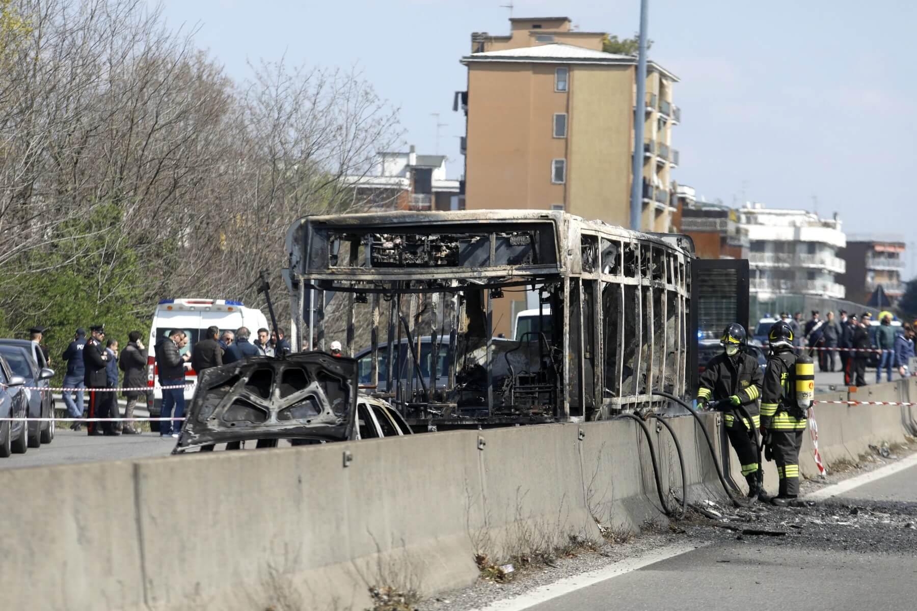 Milano, dirottato un autobus pieno di studenti